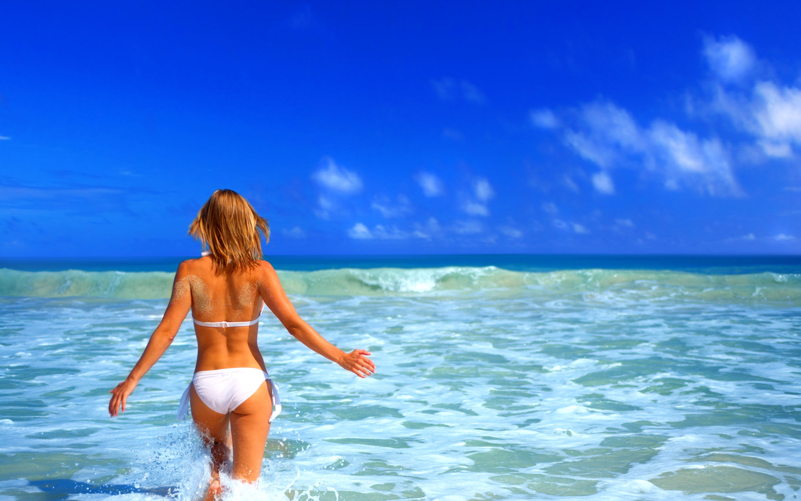 Girl-in-white-swimsuit-in-the-sea-wallpaper_3599